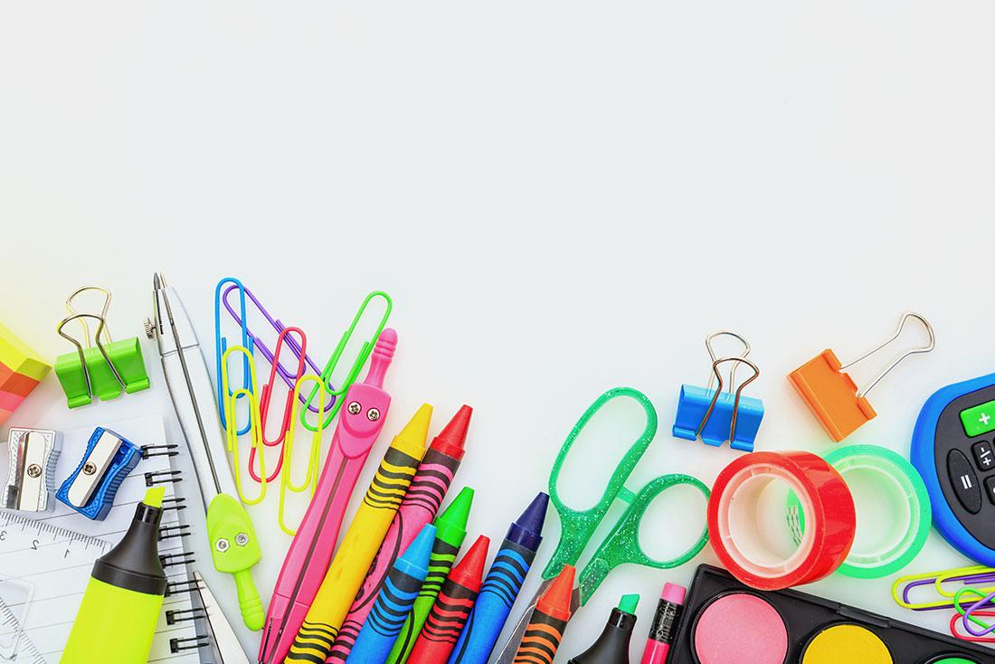 des crayons, des trombonnes, des ciseaux, des fournitures scolaires en plastique - tous sources de COV.