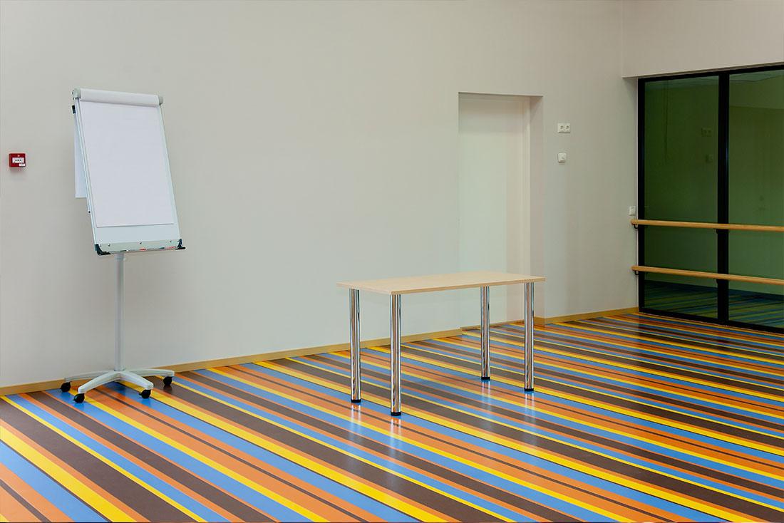 du mobilier scolaire, des peintures, des matériaux de fixation - tous sources de COV.